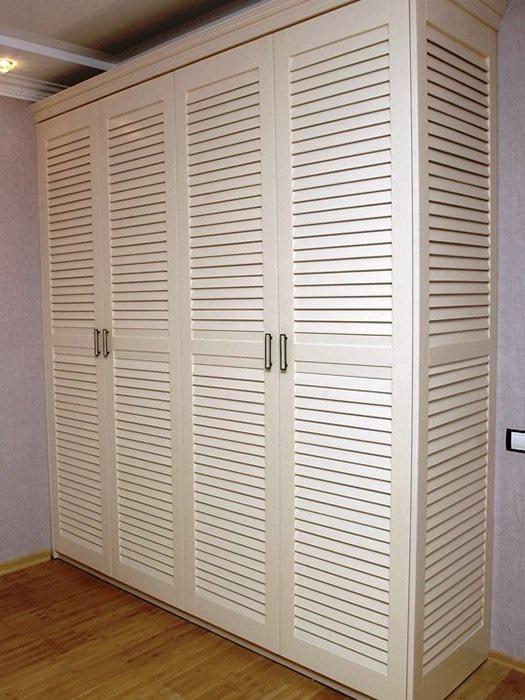 Большой шкаф с жалюзийным фасадом