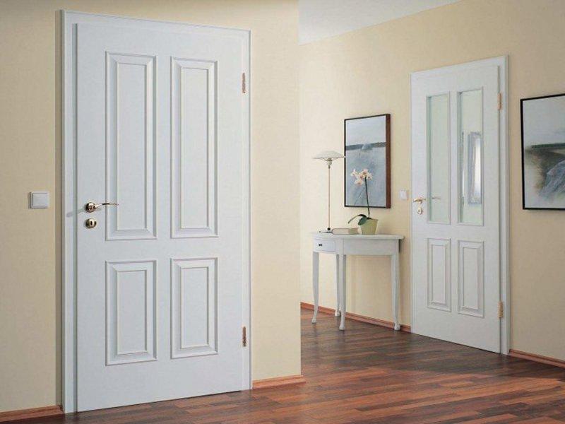Белые двери плохо сочетаются с бежевыми стенами