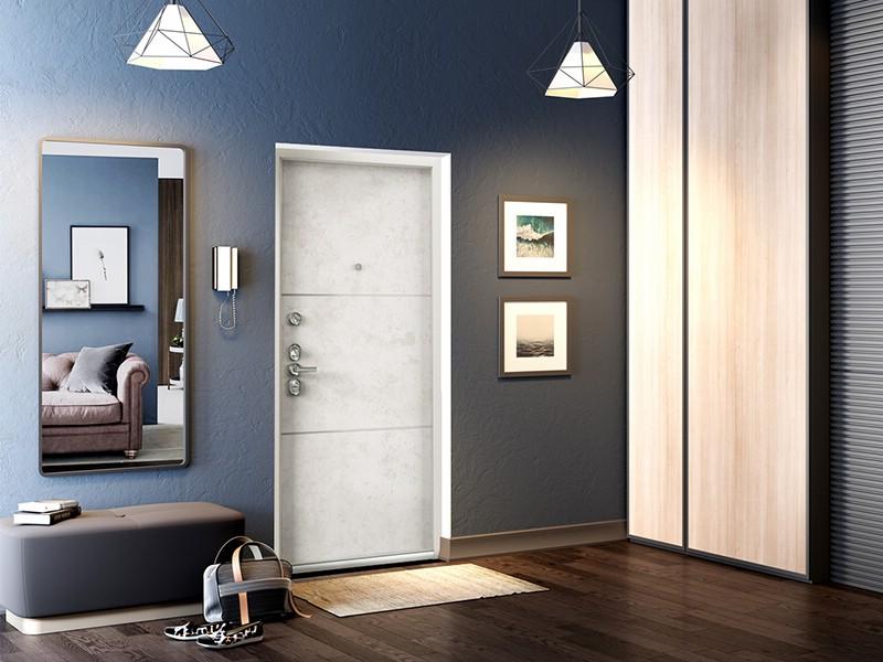 Белая дверь и темно-серая стена